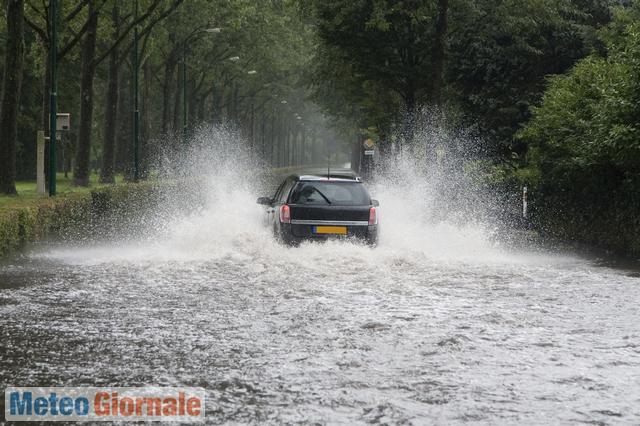 Meteo: in arrivo pioggia, vento e fulmini, allerta Protezione Civile